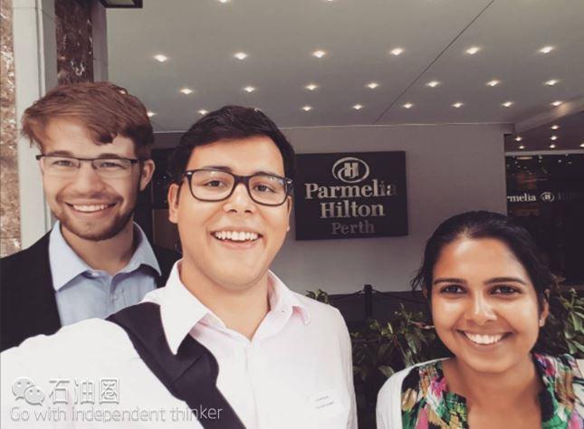 """1 这是三名优秀的石油工程师,他们正在华盛顿参加SPE 4月份的茶话会,会议主题是""""集成设施性能提升和产量优化建模"""""""